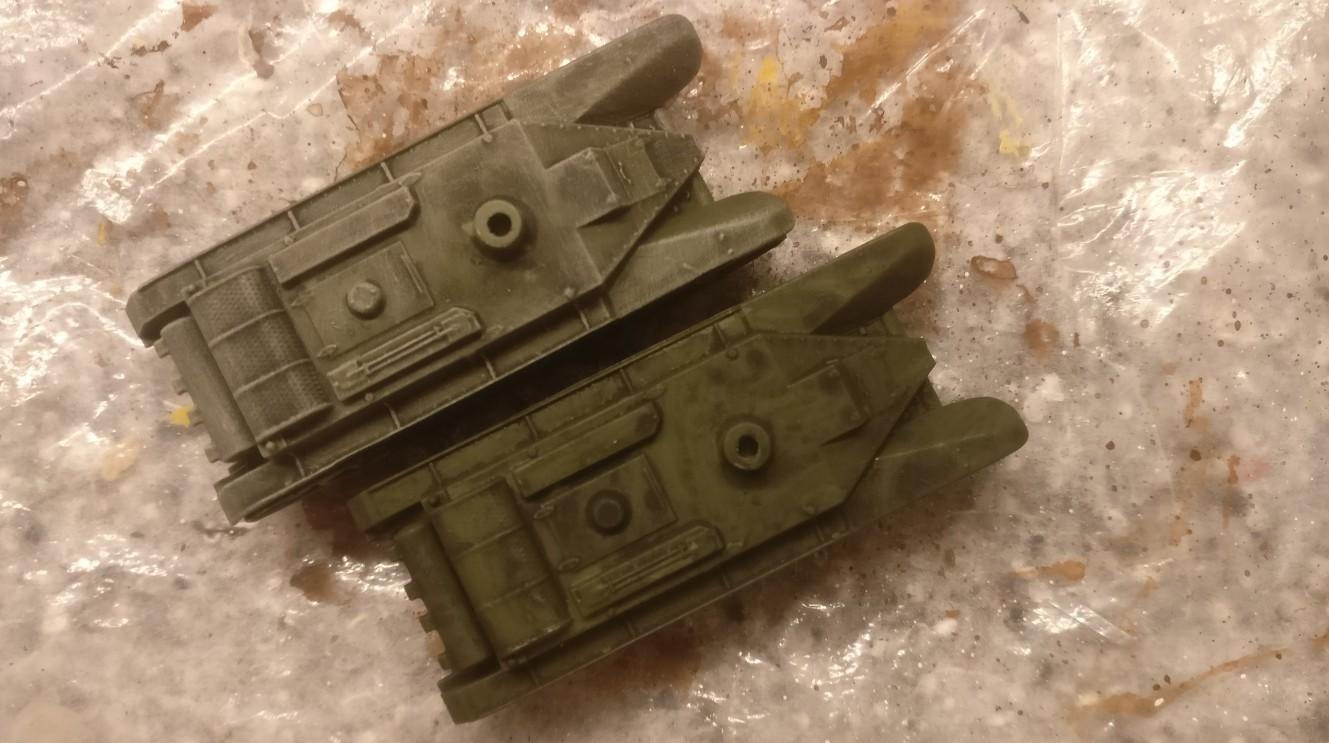 """Der untere """"Zvezda 6129 BT-5 Light Tank"""" wurde mit einem Black Wash behandelt. Der obere """"Zvezda 6129 BT-5 Light Tank"""" ebenfalls, hier wurde auch schon mit """"Helloliv"""" trockengebürstet."""