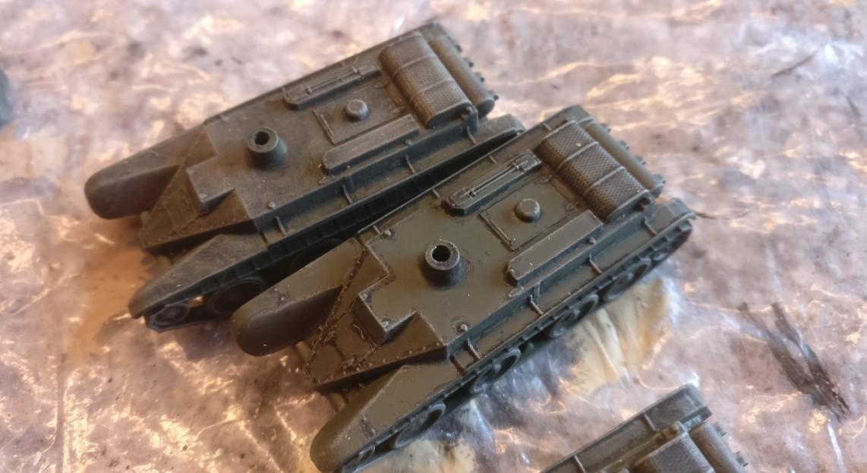 """Der vordere """"Zvezda 6129 BT-5 Light Tank"""" erhielt bereits seine Bemalung mit """"Bronzegrün"""". Die Kanten bleiben hier unbehandelt. So können die dunklen Stellen aus der Black Wash Behandlung erhalten bleiben."""