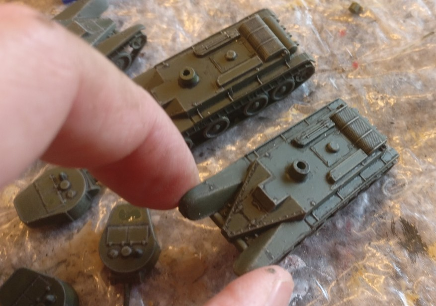 """Wenn man den """"Zvezda 6129 BT-5 Light Tank"""" etwas ins Licht hält, erkennt man die Wechselwirkung zwischen dem Bronzegrün und den abgedunkelten Flächen mit dem Black Wash besser."""