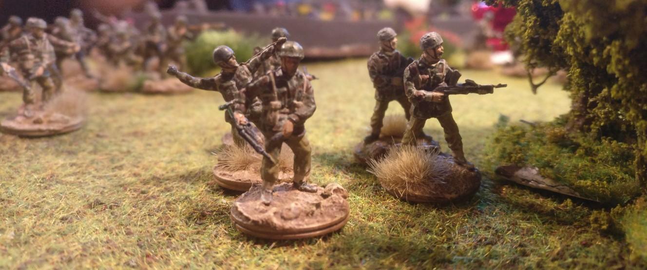 Nahe dem Friedhof von Oosterbeek stehen british Paratroopers mit ihren Bren Light Machine Gun LMG im Anschlag. Die 1st Airborne Division geht gleich in den Angriff im Rahmen von Operation Market Garden über.