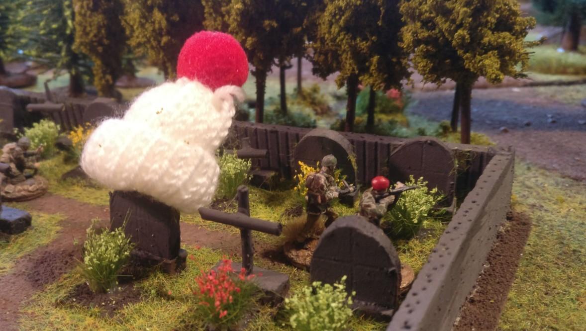 Der Friedhof von Oosterbeek ist hier anders als zu Zeiten von Market Garden etwas weihnachtlich dekoriert. Zwei british Paratroopers hinter der Friedhofsmauer.