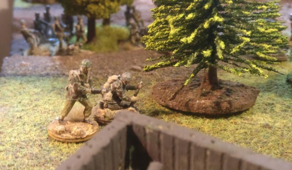 Ein ordnance SBML two-inch mortar ist oberhalb des Friedhofs von Oosterbeek in Stellung gegangen. Ein british Paratrooper gibt Feuerschutz.