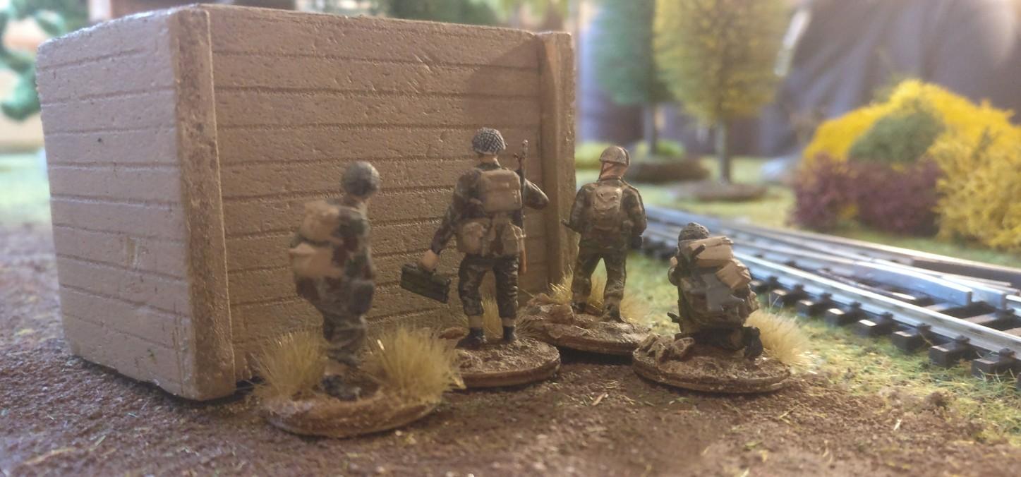 Mehrere british Paratroopers stehen hinter einer Barrikade an der Bahnlinie Arnhem - Utrecht. Es ist ein PIAT Anti-Tank-Team und ein weiterer Schütze mit einem ordnance SBML two-inch mortar, wie sie bei Market Garden oft eingesetzt wurden. Gemäß Armeelisten von Battlegroup wurde jedes Platoon mit einem ordnance SBML two-inch mortar ausgestattet.