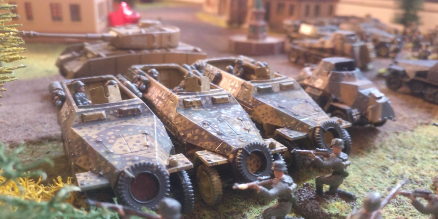 Die Sd.Kfz. 251/1 stehen in Oosterbeek.  Market Garden  wirkt hier noch recht beschaulich. Im Vordergrund zwei Scharfschützen/Sniper.