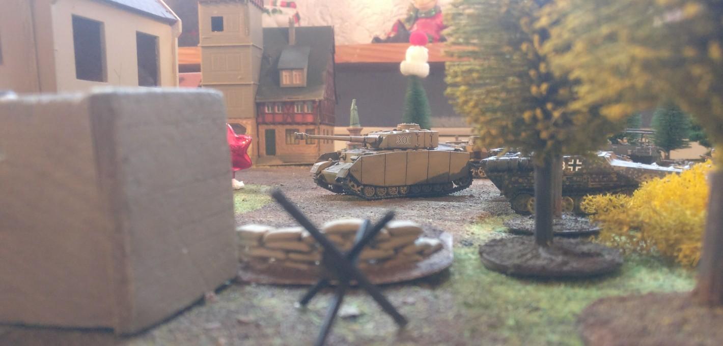 Ein PzKpfw IV Ausf. H auf dem Dorfplatz von Oosterbeek und erwartet das 3rd Parachute Battalion.