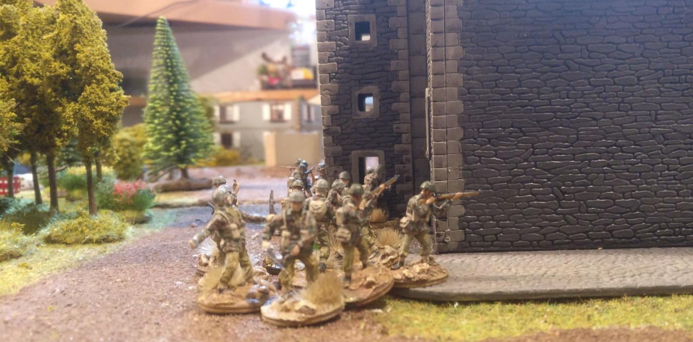 Hinter der Kirche von Oosterbeek geht ein Trupp des 3rd Platoon vor.