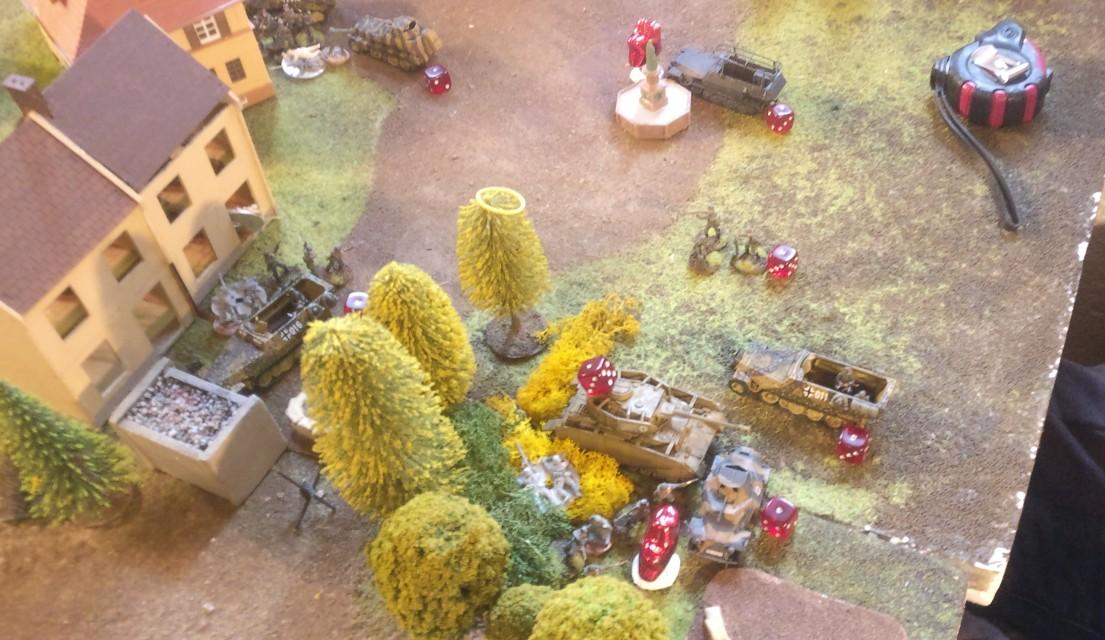 Die roten Würfel dienen hier als Pin-Marker. Die deutsche Truppe hat der Feuerüberfall der britischen Granatwerfer kalt erwischt. Noch bevor sie in den Einsatz rollen konnten sind die meisten deutschen Einheiten im Zentrum von Oosterbeek gepinnt und erleiden die ersten Verluste.