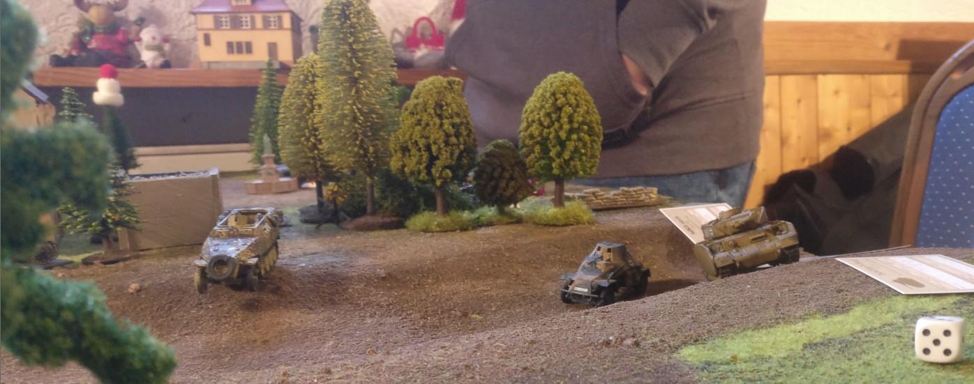 Gegenangriff der deutschen Truppe. Der PzKpfw IV Ausf. H fährt einen beherzten Angriff, begleitet von dem Sd.Kfz.222 und dem Sd.Kfz.251/1. Ziel sind die gegenüber liegenden Stellungen des 3rd Parachute Battalion.