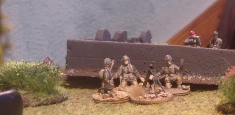 Die drei Ordnance ML 3-inch mortar feuern unermüdlich und behindern den deutschen Vorstoß erheblich.