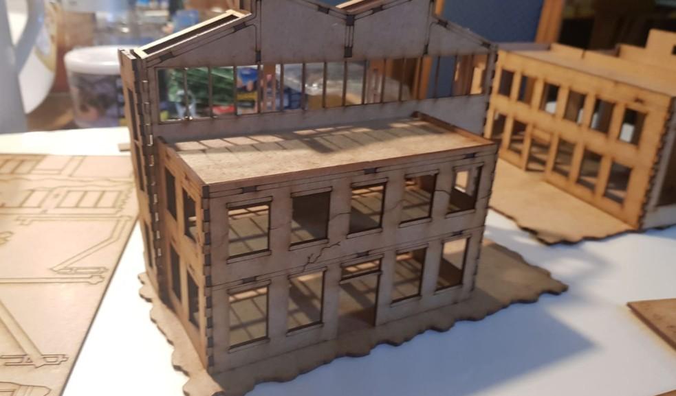 Der eigentlichen Montagehalle ist ein Vorgebäude angegliedert. Hier ist es mit aufgesetztem Dach zu sehen.
