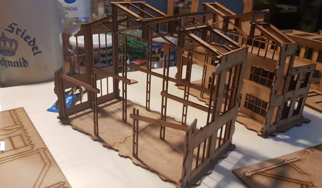 Die erste Sektion der Montagehalle ist das höchste Gebäudeteil.  Hier sind auch die meisten Streben und Tragwerke in der Hallenruine erhalten.
