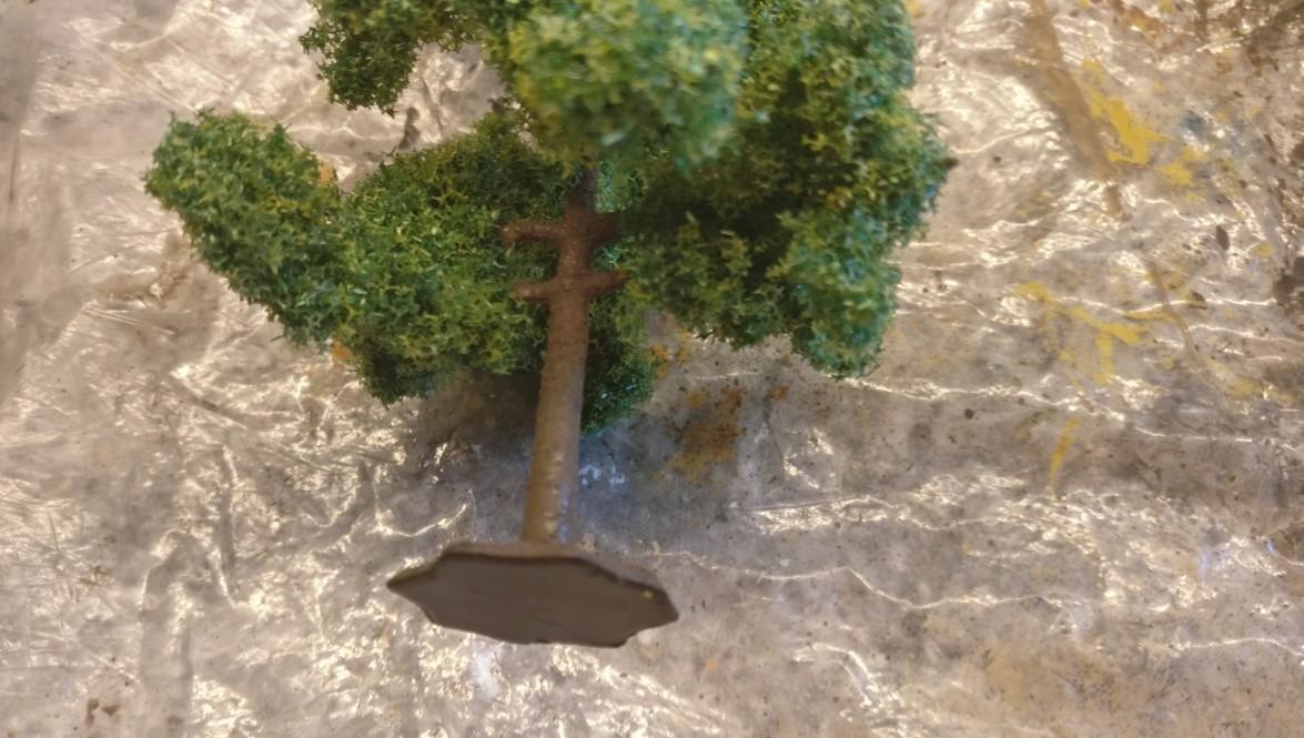An den Bäumen bemale ich den Stamm und die Äste zur Mattierung mit Brauntönen.