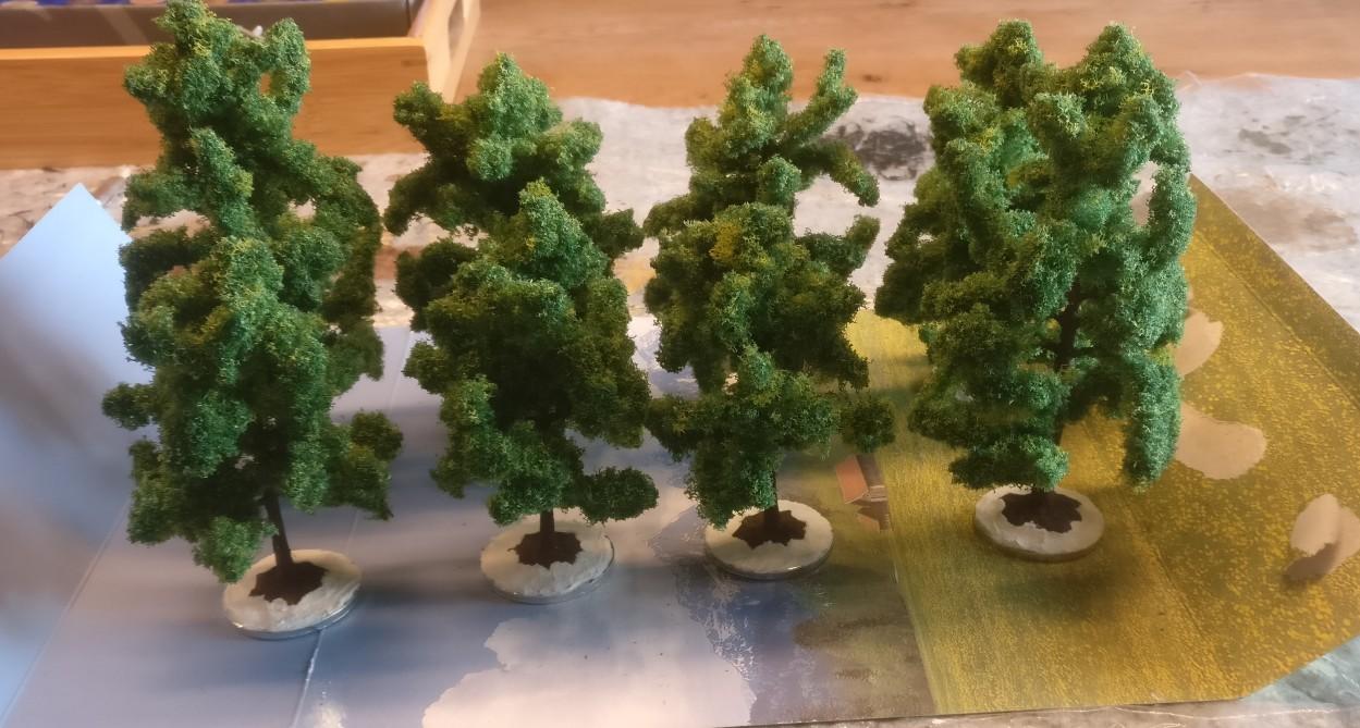 Alle acht NOCH 24600 Laubbäume auf ihren Basen.