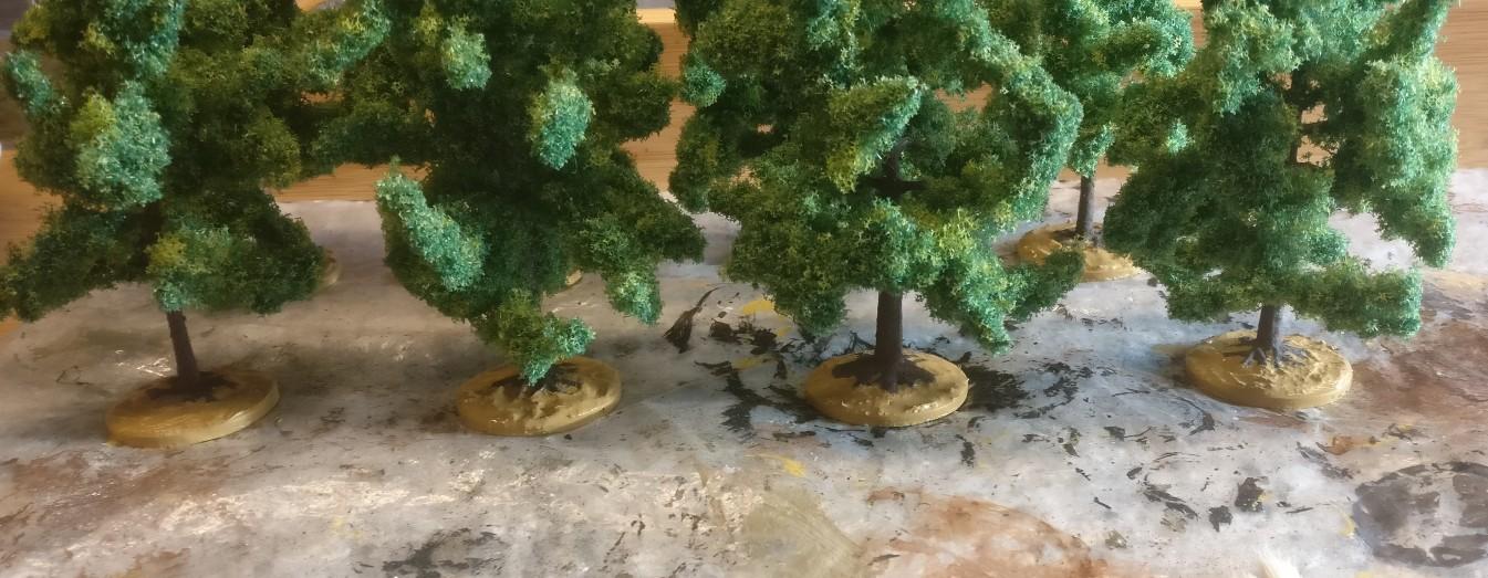 Die acht NOCH 24600 Laubbäume nach der Grundierung mit Revell Aquacolor 36116 Sand.