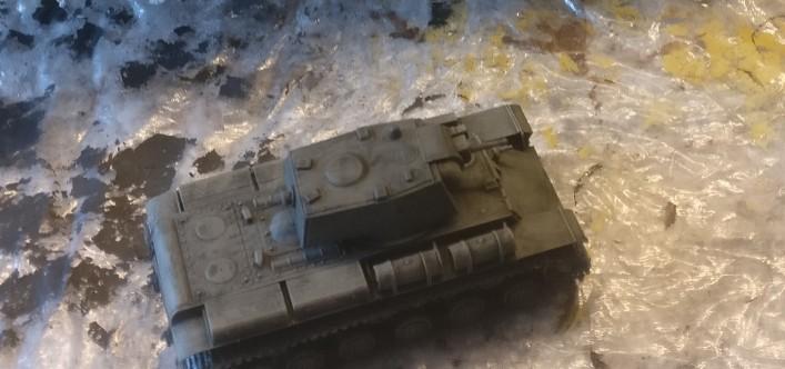 Hier ist der Flammpanzer mit Revell Aquacolor Grüngrau grundiert und mit dem Black Wash überzogen. Der PST 72015 KV-8 Heavy Flamethrower Tank.