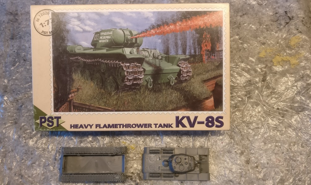 Der PST 72026 KV-8C Heavy Flamethrower Tank wie er angeliefert wurde.