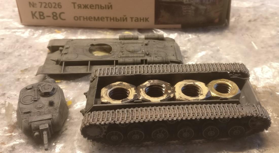 Der PST 72026 KV-8C Heavy Flamethrower Tank nach dem Auftrag des Black Wash und dem Trockenbürsten mit Heloliv.