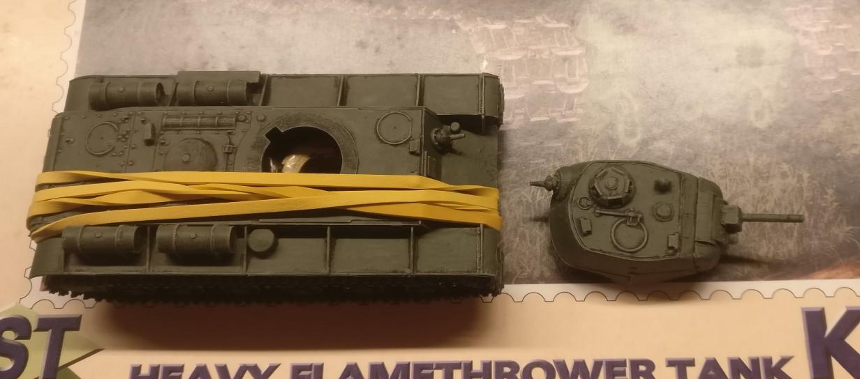 Die Montage der Aufbauten auf der Wanne habe ich auch beim KV-8C mit einem Gummiband unterstützt.