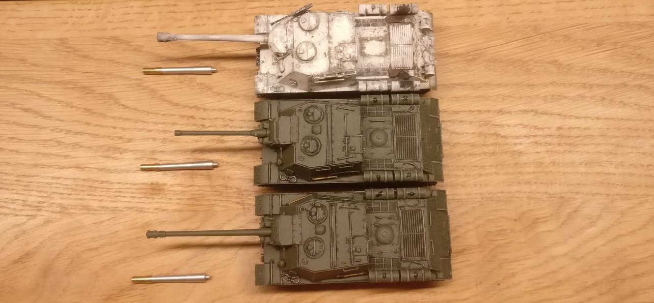Diese drei ISU 122 sollen umgebaut werden. EIn Schneemann ist dabei und zwei Sommerfrischler.
