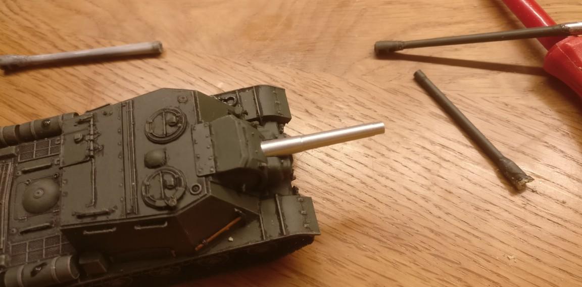 Das Rohr der Haubitze 152,4mm ML-20S ist in die Geschützblende des frisch gebackenen ISU 152 eingesetzt und verklebt. Trocknen du musst !!!