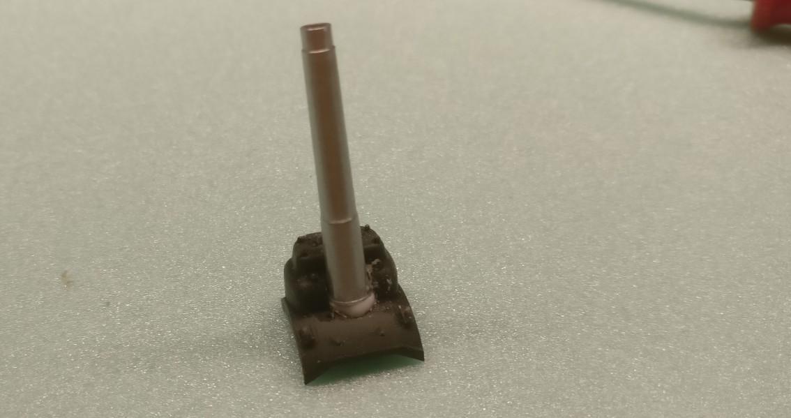 Bei einem der ISU 122/152  habe ich die Geschützblende teildemontiert. Hier klebe ich das 152mm-Rohr auf die Blende auf.