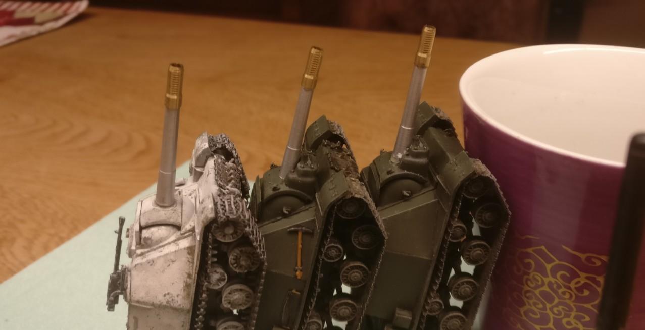 Hier ist die Montage beendet. Die drei ISU 152 trocknen traut vereint.