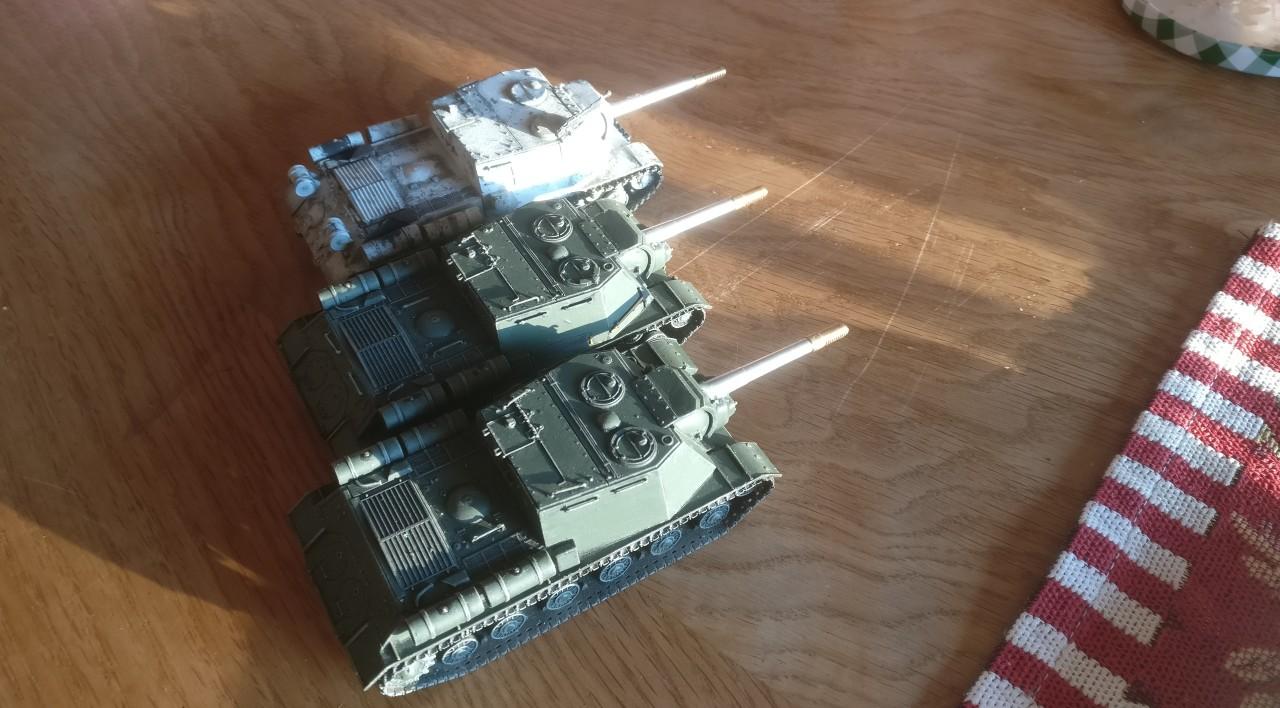 Am nächsten Morgen bringt es die Morgensonne ans Tageslicht: drei neue ISU 152 können von der Truppe in Kürze abgenommen werden!