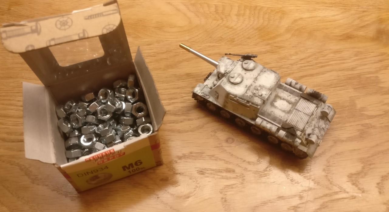 """Eines steht noch an: die Panzer müssen beschwert werden, damit man bei der handhabung das Gefühl von """"schwerem Panzer"""" hat! M6-Muttern werden in den Bauch verfüllt."""
