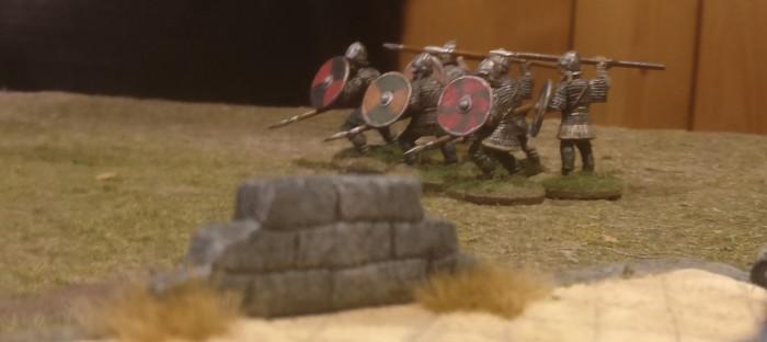 Sechs Waliser, vermutlich Veteranen aus Halvarsons SAGA-Armee nähern sich dem Kloster.