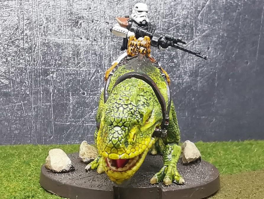 Von Star Wars Legion: Ein Stormtrooper auf seinem Dewback, ein Taurückenreiter. Von Halvarson aus der Dewback Rider Unit Expansion gezogen und mit Citadel Contrast Colors bemalt.