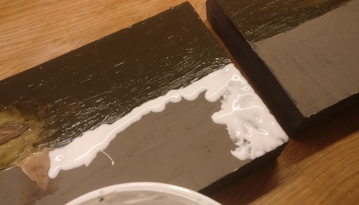 Auf dem Wolgaufer wird der PONAL dick aufgetragen. So soll sich eine plastische Schicht ausbilden. Zusätzlich soll viel Streugras gebunden werden.