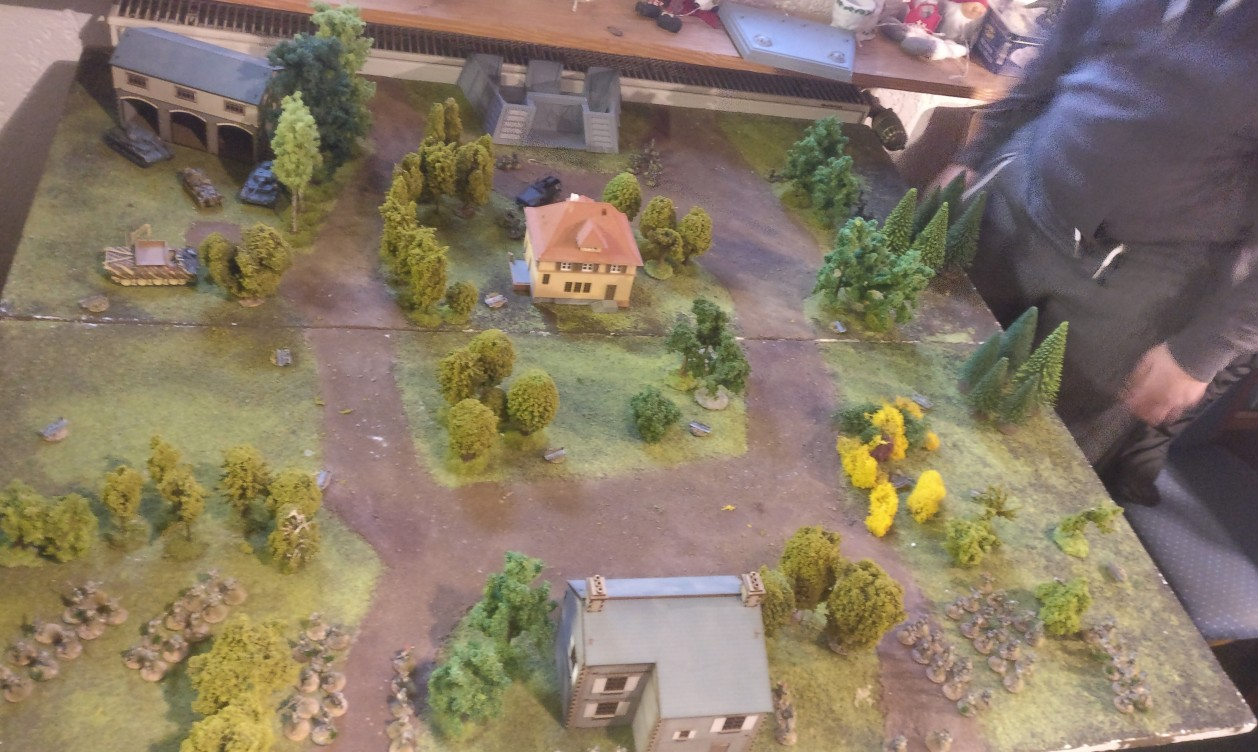 Das Spielfeld (120cm x 120cm) für das zweite Battlegroup-Spiel. Am oberen Bildrand erkennt man das Missionsziel: das Kommandanturgebäude und der Bunker, den wir aus dem Star Wars Legion Spiel noch kennen...