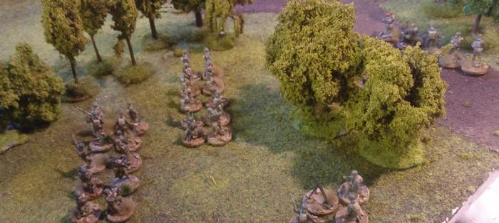 Das erste Platoon des 3rd Parachute Batallion. Links hinter den Bäumen liegt die Instandsetzungseinheit der Deutschen. Ruhe ist angesagt.