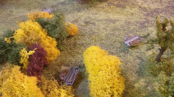 Zwei weitere der Drop-Container, die über das gesamte Battlegroup-Spielfeld verteilt niedergegangen sind.