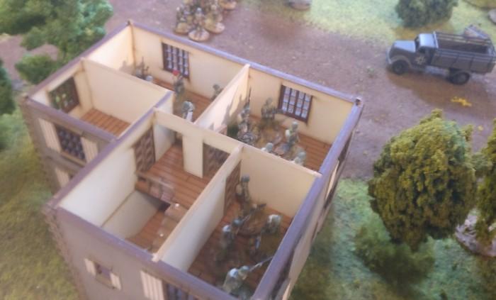 Das Battlegroup-Spiel nimmt seinen Lauf. In diesem ländlichen Gebäude - direkt gegenüber dem Kommandanturgebäude - hat sich ein Trupp nebst dem Platoon Commander breit gemacht. Der Lkw wird mit LMG beschossen, leider ohne Wirkung.
