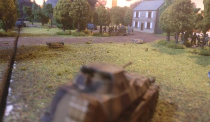 Wie bei Market Garden erlebt: die deutsche Truppe reagiert schnell. Aus den Hallen der Instandsetzungstruppe fährt das Sd.Kfz. 250/9 sofort einen Angriff gegen den erkannten Trupp Briten.