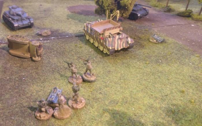 Die beiden Panzer IV Ausf. F2 und der Bergepanther nehmen die Briten unter Feuer. Diese versuchen nämlich, die Drop-Container aufzunehmen. Offensichtlich wissen die Instler, was das bedeutet.