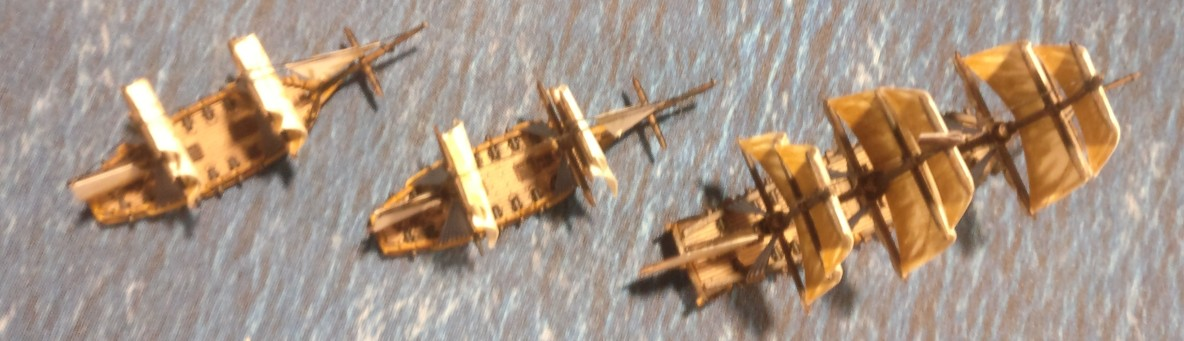Drei Exemplare der Schiffe bei Black Seas. Ganz außen ein 3rd Rate Ship. Die anderen beiden sind klitzekleine Schaluppen...