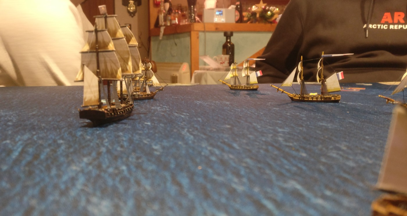 Sturmis 3rd Rate Schiff (ganz links) nimmt Kurs auf die feindlichen Schiffe.
