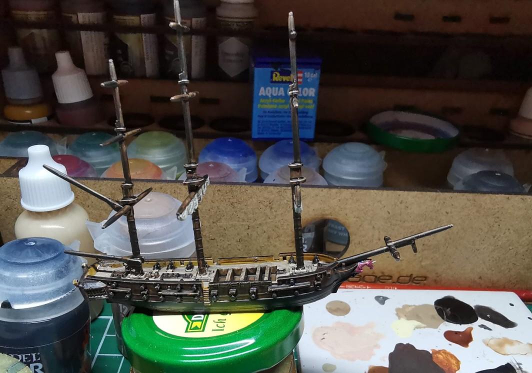 """Die HMS """"The Flying Unicorn"""" wurde als erstes Schiff, quasi als Flaggschiff seiner Franzosen, auf Kiel gelegt. Die """"The Flying Unicorn"""" (müsste auf französisch eigentlich """"La Licorne Volante"""" heißen) wird die Fleet von Halvarson anführen und die Royal Navy von Mark in die Flucht schlagen. Da bin ich mir ganz  sicher. Bei der ersten Black Seas Navy Battle wäre ich zudem gerne dabei..."""