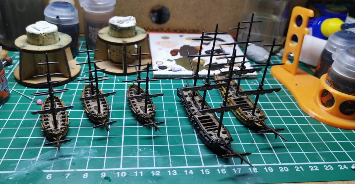 Halvarsons Squadron und Navy Fleet für Black Seas. Die Briggs (die mit den zwei Masten) und Frigates in seiner Flotilla und Navy Fleet werden dem Mark einheizen.
