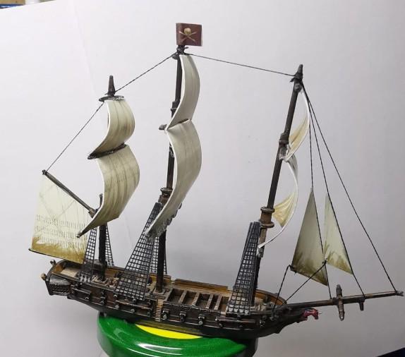 """Jetzt hat das künftige Flaggschiff von Halvarsons Navy Fleet auch etwas Takelage und Segel. Die """"The Pink Unicorn"""" ist klar zum Gefecht - und bereit zum Sieg! Das Black Seas Tabletop macht's möglich."""
