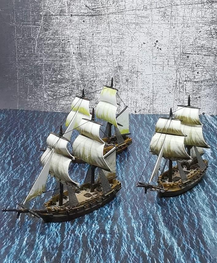 Zwei weitere Fregates und Briggs (oder?) von Halvarsons Navy Fleet. Mark hat für das Black Seas Tabletop glaube ich ganz klassisch die Royal Navy und die HMS Victory gekauft.