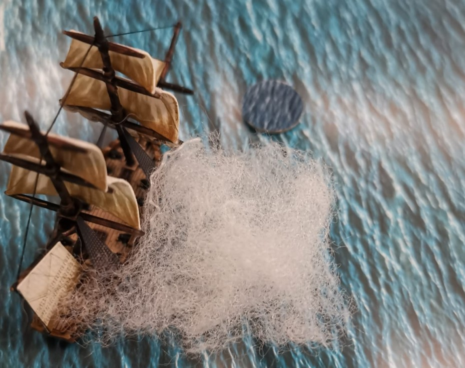 Halvarsons Fregatte setzt dem Gegner einen Schuss vor den Bug. Bei dem Black Seas Tabletop muss man auch kämpfen (zielen und treffen) können.