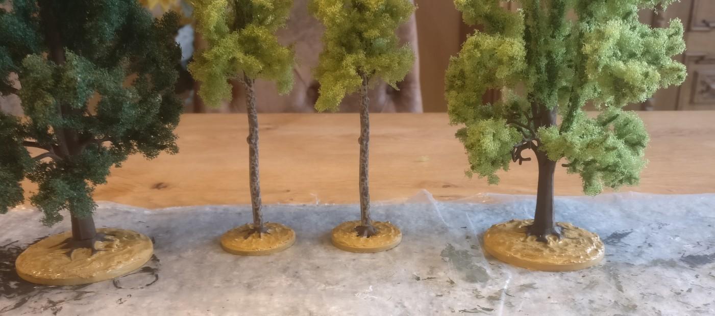 Hier die vier Busch-Bäume mit grundierten Bases.