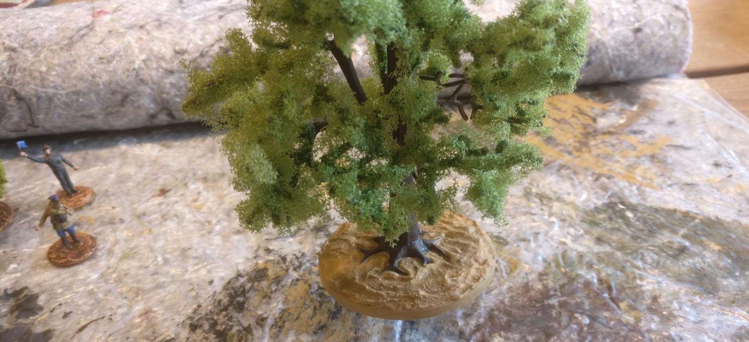 Die Modellbäume von Busch sind schon etwas ausladend... Hier ist die Base grundiert und getrocknet. Man erkennt die Struktur auf der Base.