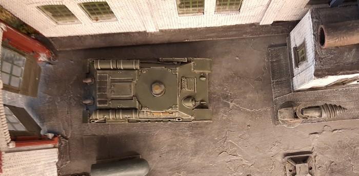 Eine einsame Panzerwanne hinten links in der Halle.