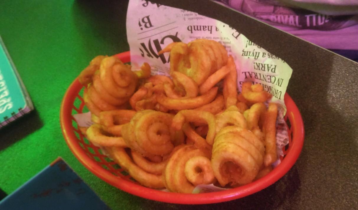 Die berühmten Curly Fries: knusprige Pommes Frites in unverwechselbarer Form.  Florian nimmt sie als Starter.