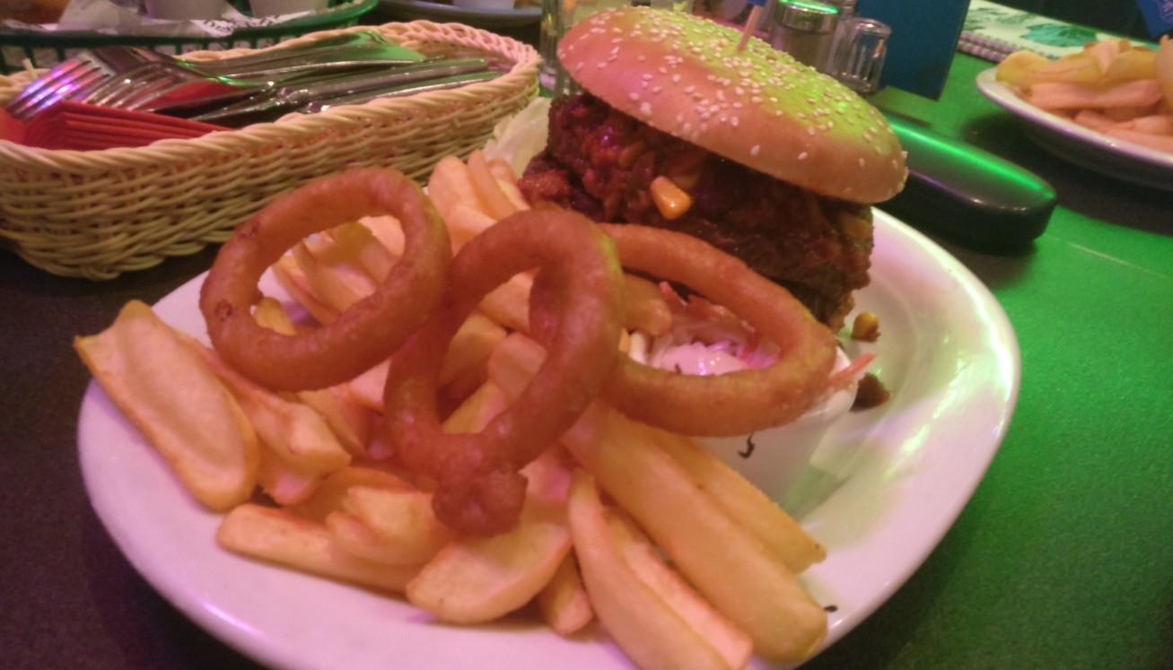 Der Halvarson bekommt das typische Wikingermahl:  einen Giantburger mit zwo Pattys drin, dazu die Wedges und drei Onion Rings.