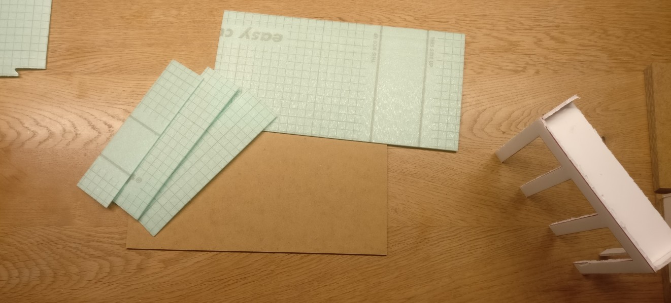 """Hier die zugeschnittenen Materialien. Die Platte für """"Ebene 1"""" mit 30cm x 15cm und die drei Treppenplatten für die Unterfütterung."""